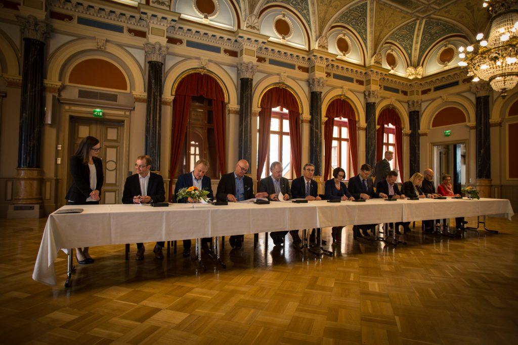 Paikalla kauppakirjan allekirjoittamisessa torstaina olivat osakaskuntien, Oamkin ja yliopiston edustajat.