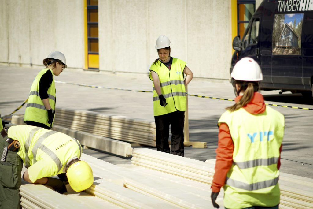 Rakennusarkkitehtuurin opiskelija Eeva Tolonen valitsee seuraavan hirren.