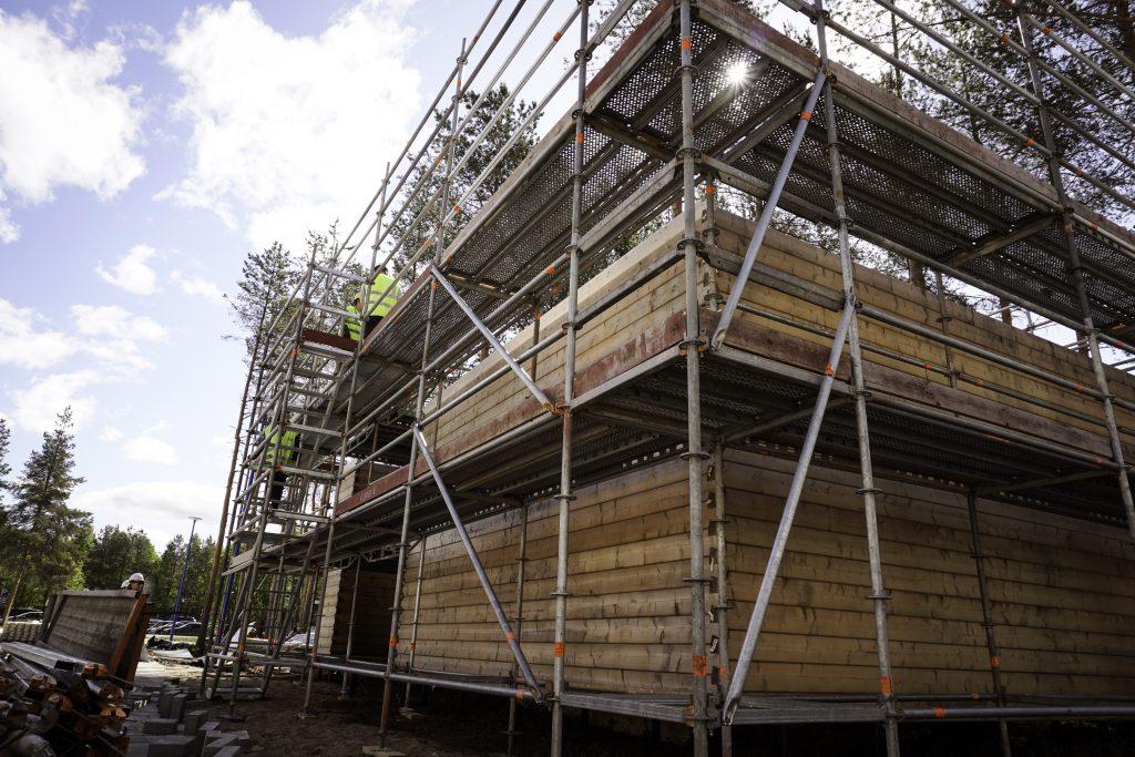 Viime vuonna hirsipaviljonki oli maamme pääkaupungissa, Arkkitehtuurimuseon pihalla. Vuotta myöhemmin Oulu iskee takaisin. Nyt hirsipaviljonki rakennetaan Linnanmaan kampuksen pääoven edessä olevalle aukiolle.