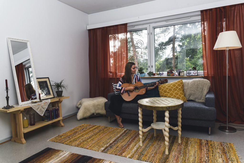 Luokanopettajaksi Oulun yliopistossa opiskeleva Anne Plosila pitää yksinasumisessa vapautta sisustaa asunto juuri haluamallaan tavalla.