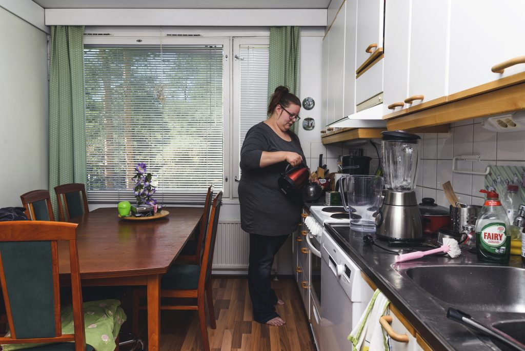 Oulun yliopistossa informaatiotutkimusta opiskeleva Jenny Kärki pitää yhteisasumisesta miespuolisen kämppiksen kanssa. Eri unirytmit tuovat haasteensa yhteisasumiseen, sillä Kärki touhuaisi mielellään öisin, kun taas kämppis nukkuu.