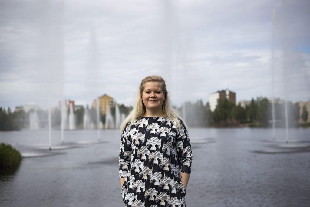 Emmi Vepsäläinen miettii, onko hänen lapsellaan samanlaiset mahdollisuudet kouluttautua kuin hänellä itsellään on ollut.