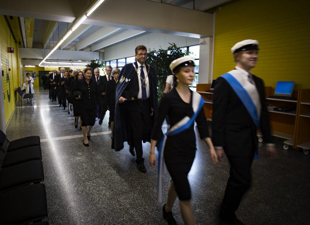 Yliopiston avajaisjuhlaa edelsi professorikulkue. Airuiden jälkeen kulkueen kärjessä Oulun yliopiston rehtori Jouko Niinimäki.