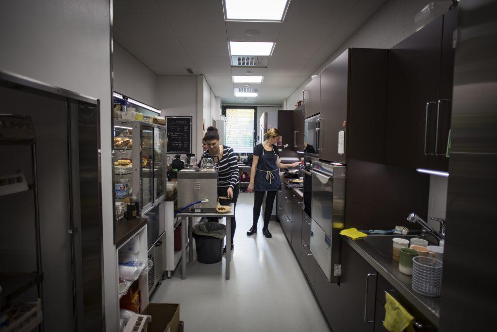 Humuksen henkilökunnan mielestä uusi keittiötila on hyvä: tilassa mahtuu useampikin työntekijä liikkumaan ja säilytystilaa on paljon. Pieniä moitteita tila saa lattiasta: siinä kun näkyy kaikki lika, ja sitä pitää siksi olla koko ajan luuttuamassa. Kuvassa vasemmalla Heidi Halkola ja oikealla Anne Paakkari.