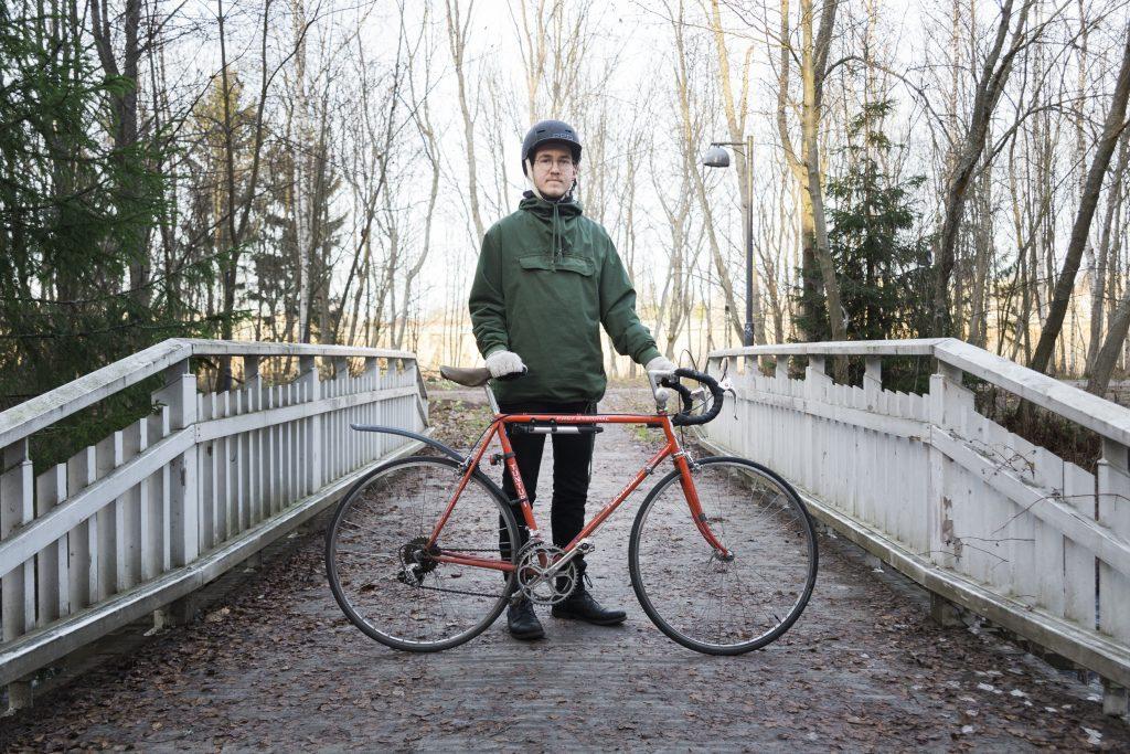 Juho Rasmuksen punaisella kevytrakenteisella pyörällä maisema vaihtuu nopeasti ja ympäristöystävällisesti.