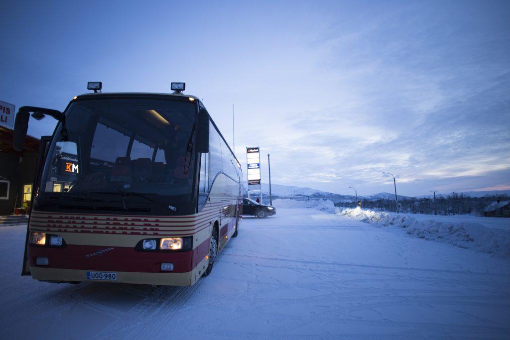 Tromssan filmifestivaalin bussi odottaa matkustajia Kilpisjärvellä.