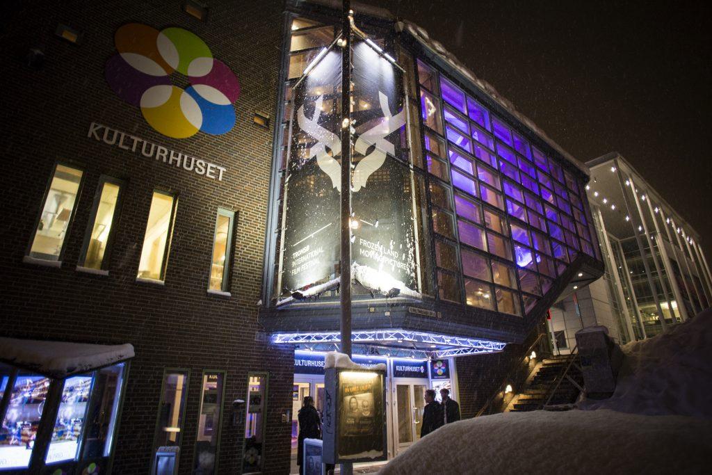 Kulturhusetin nurkassa komeilee Tromssan festivaalin sarvipäinen logo.