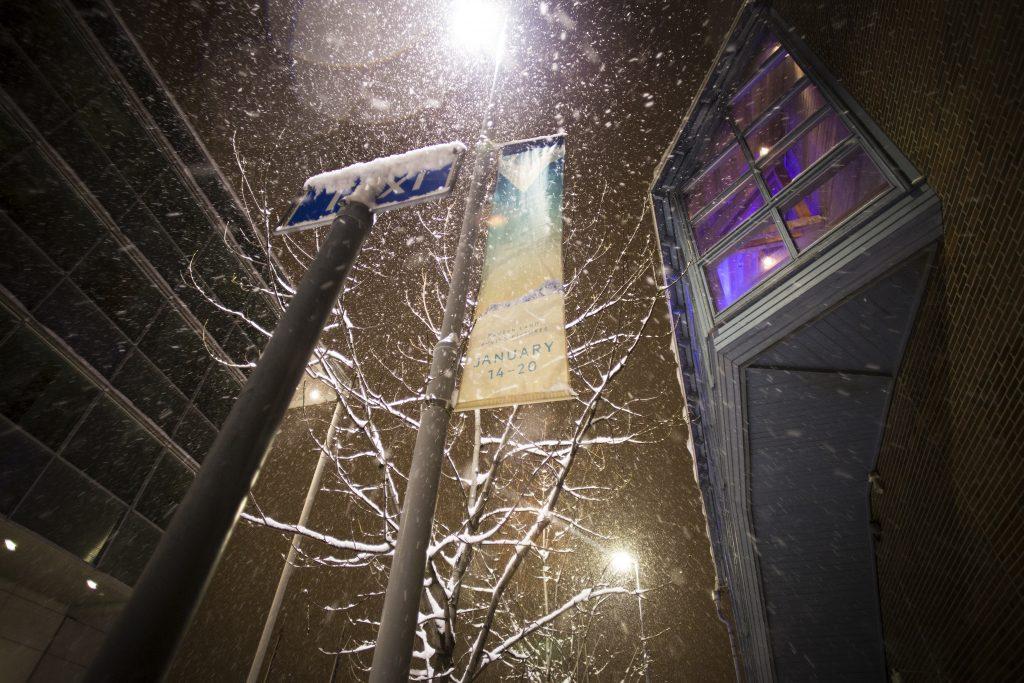 Tromssassa sää vaihtuu nopeasti: aamu voi valjeta aurinkoisena, ja illalla voi tarpoa tiheässä lumisateessa.