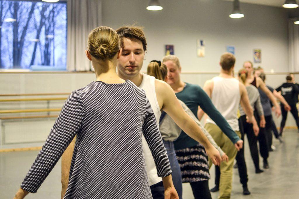 Tanssinopetuksen puolella pelätään, että ahtaammat tilat ja tanssisalien pienempi määrä vaikuttavat tulevaisuudessa niin, että opetusryhmien kokoja joudutaan rajoittamaan. Kuvassa etualalla Anni Kirppu ja Béla Gazdag.