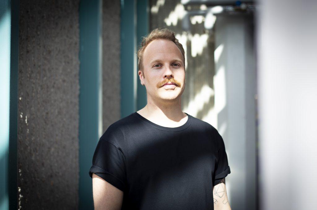 """Lauri Ahtinen suosittelee opintojen loppuun saattamista myös taiteellisesta urasta haaveileville, """"jos siitä ei tule merkittävää haittaa omalle elämälle""""."""