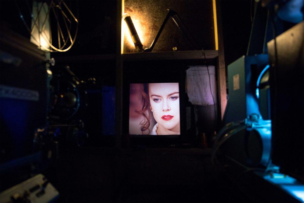 Sodankylässä näytetään myös karaokenäytöksissä, joissa yleisö saa laulaa mukana. Kuvassa meneillään torstai-illan Moulin Rouge -karaoke. Kuva: Sara Aaltio/MSFF.