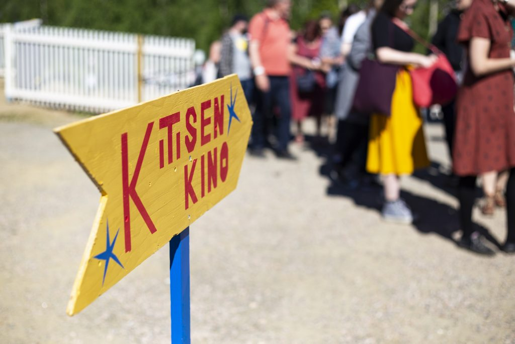Kitisen Kino on uusin Sodankylän elokuvajuhlien esityspaikoista. Ison Teltan jono kiersi kohti rantaa lauantaina 15.6.