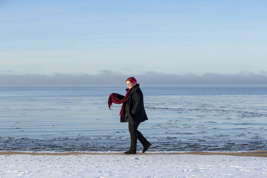 """Jo ensimmäinen opiskeluvuosi Helsingin yliopistossa vakuutti Ella Peltosen siitä, että hän on oikealla polulla. """"Taide on hyvä harrastus, mutta en päätynyt sitä työkseni tekemään. Jotain yhteneväistä sillä on silti tutkimuksen kanssa – pitkiä päiviä ja luovaa työtä."""""""