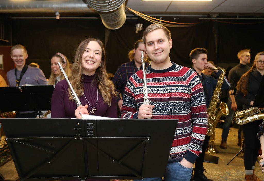 Sanja-Maria Olli ja Aleksanteri Lammassaari odottavat pääsyä esittämään Suomigrooven kappaleita yleisölle.