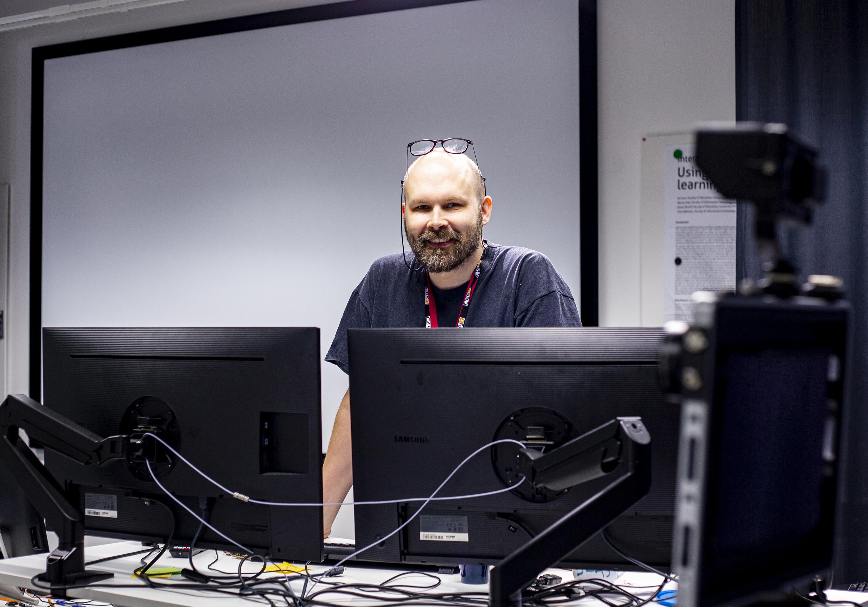 Kuvassa Oulun yliopistossa työskentelevä Jari Laru kuvattuna kasvatustieteiden tiedekunnan ATK-luokassa.