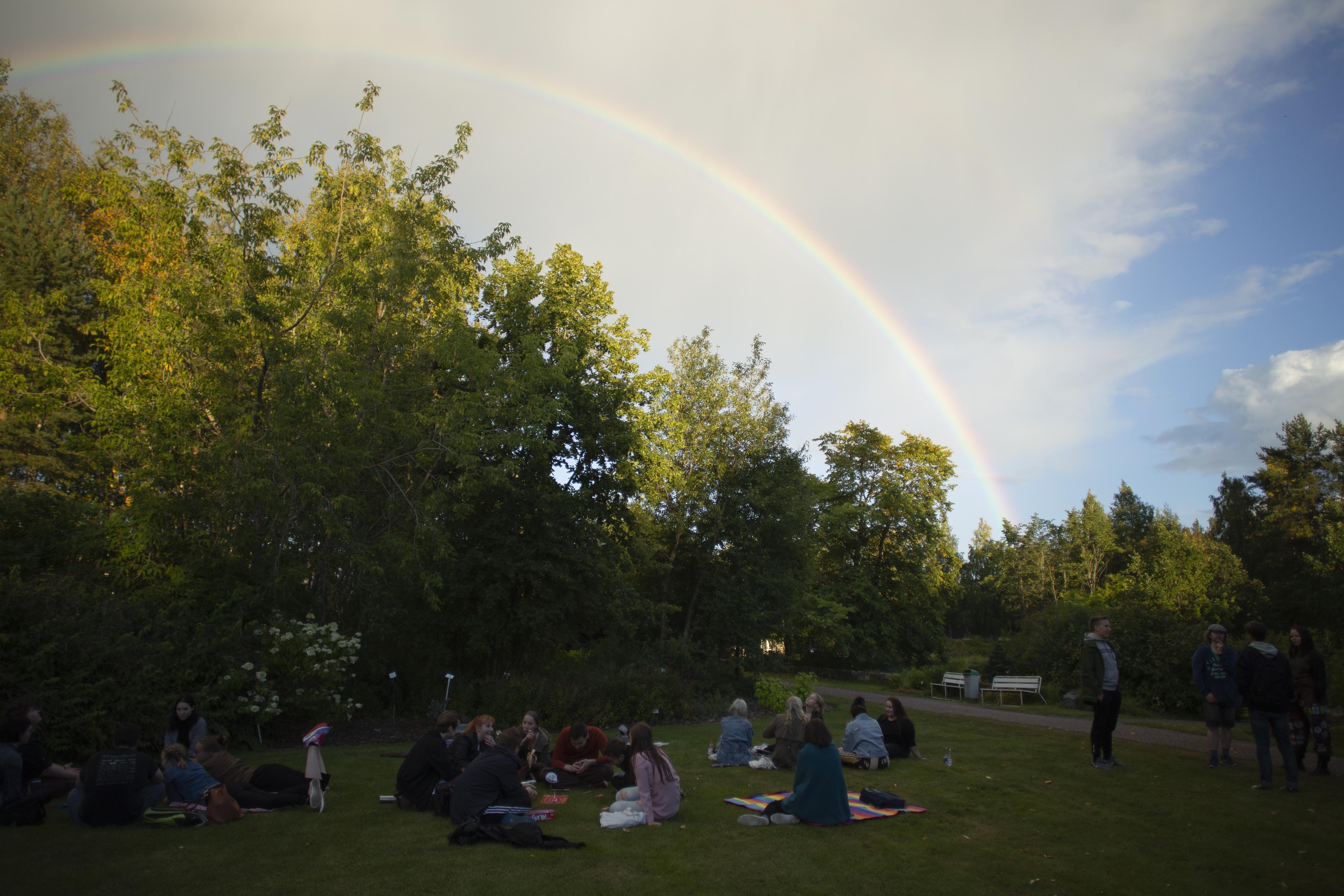 Sateenkaari kasvitieteellisen puutarhan taivaalla