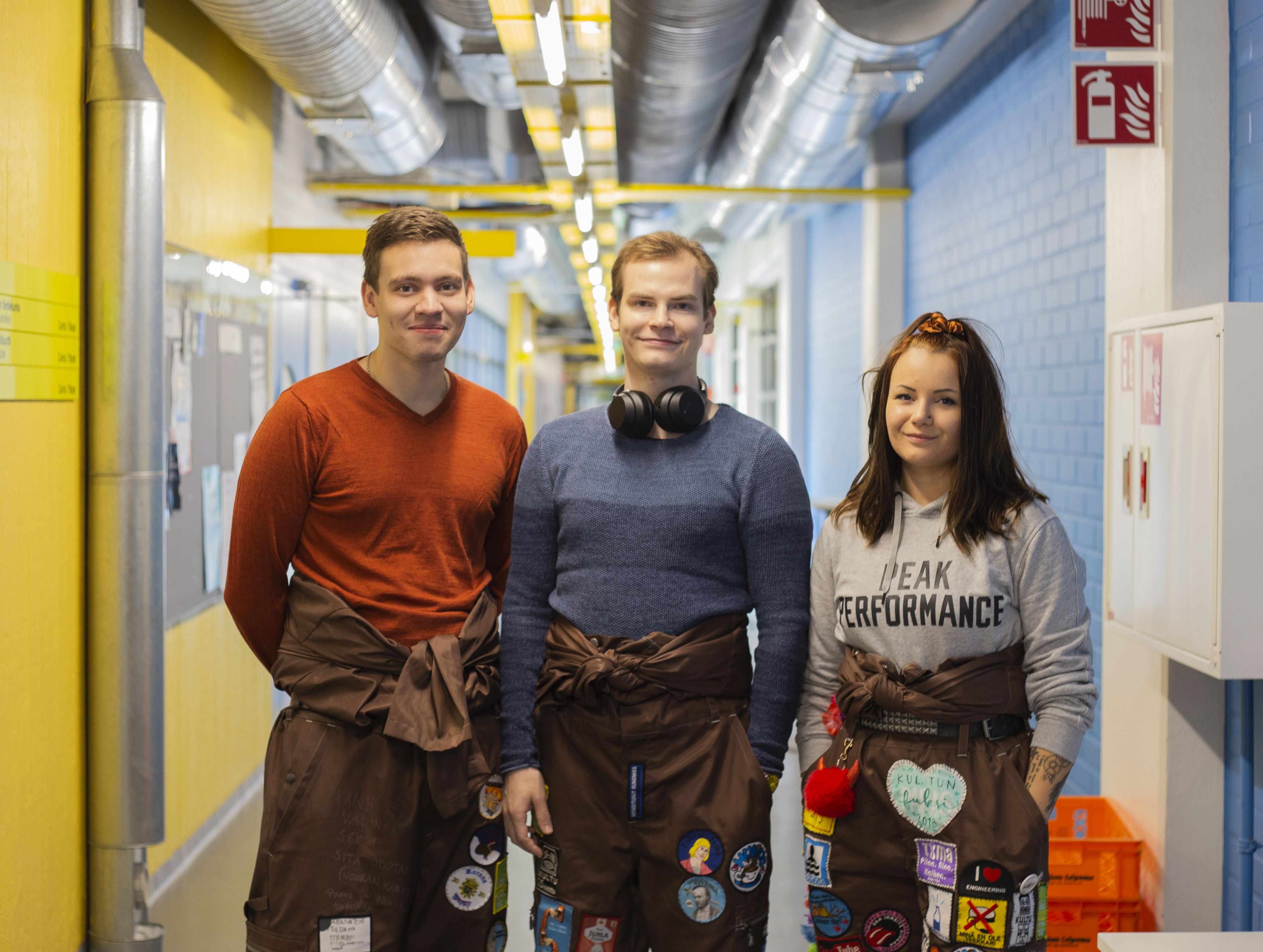 Pro Peltokangas, pro Törmälä ja pro Jurvakainen seisovat Humuksen käytävällä